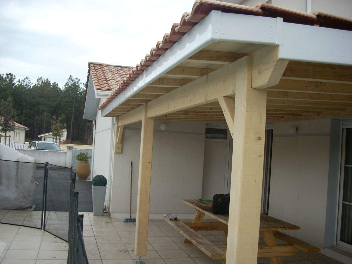 R alisation d 39 une pergola couverte artisan charpente menuiserie for Plans de pergola
