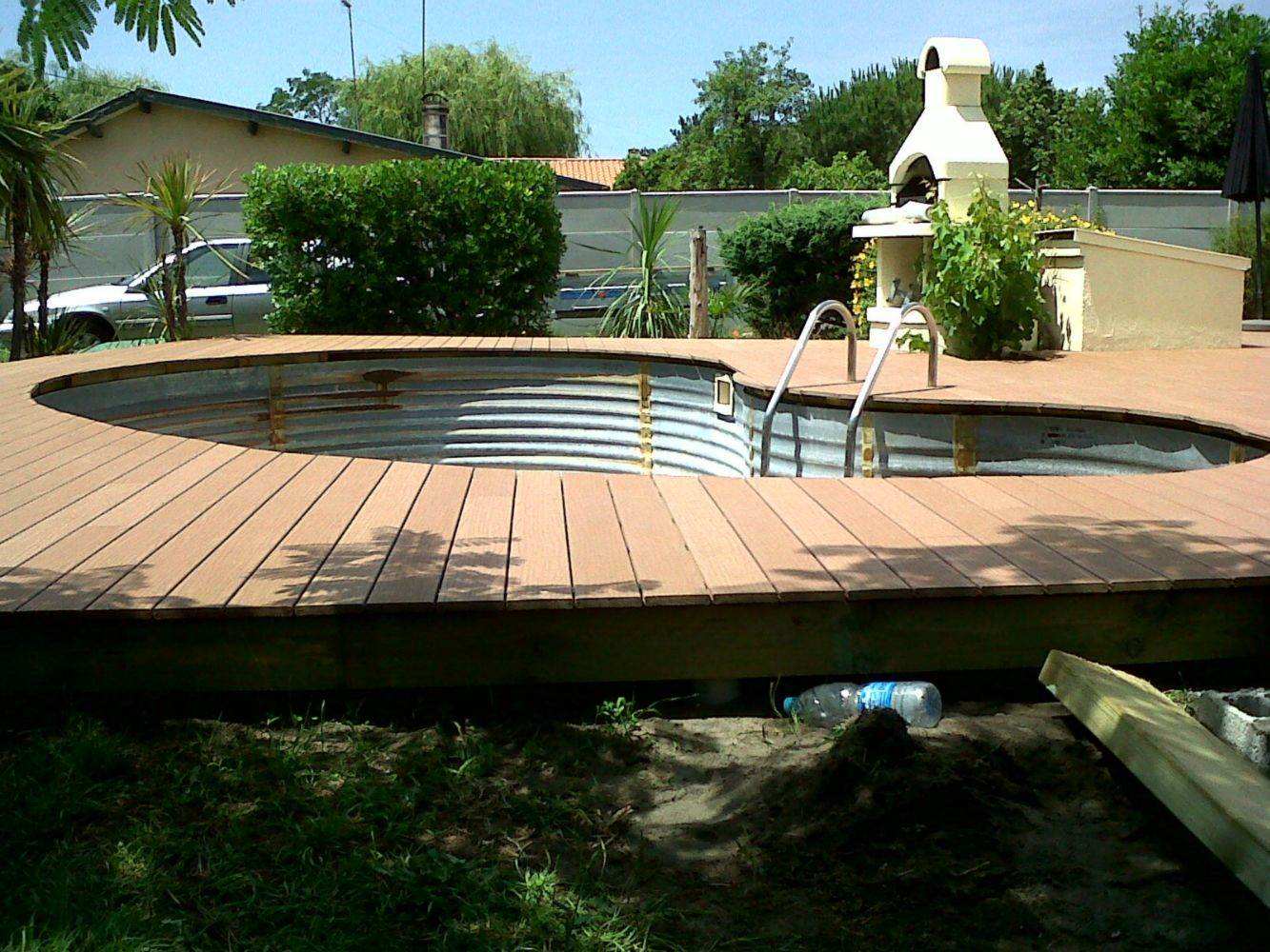 Terrasse en composite autour d une piscine arrondie - Faire une terrasse en composite ...